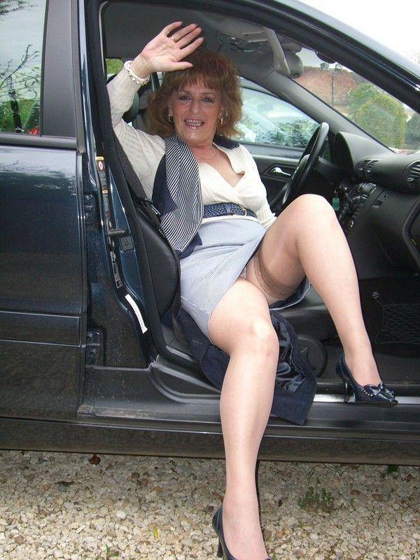 mature en voiture magnifique salope